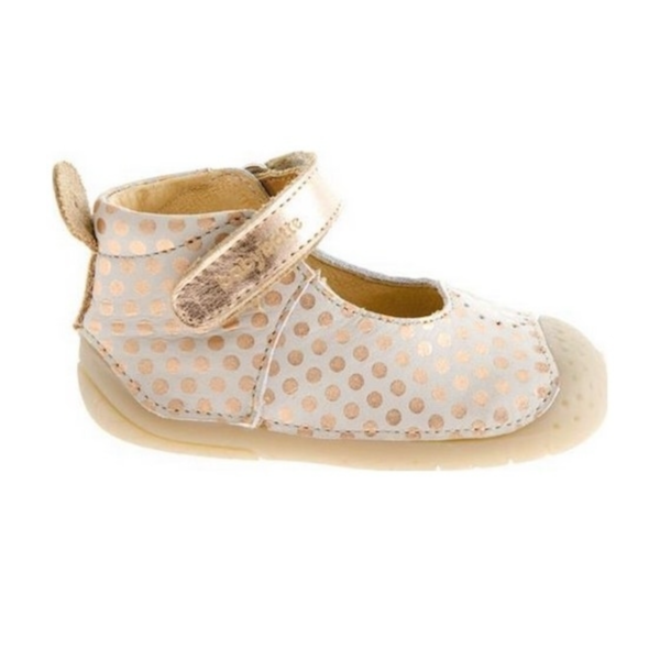 Chaussures pour bébé en cuir souple.